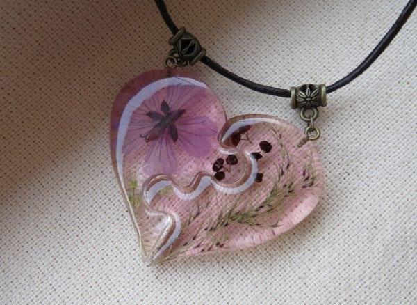 Кулон в форме сердца с цветком герани из ювелирной смолы
