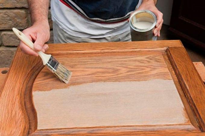 Как покрыть лаком деревянную дверь и обновить полотно