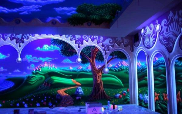 Комната покрашена флуоресцентной краской