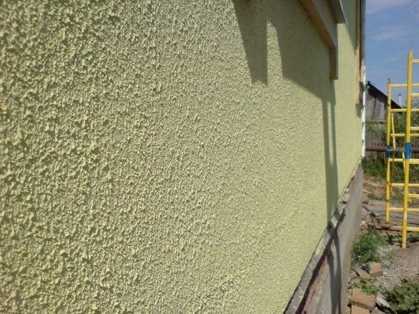 Бетонный фасад здания покрашен фактурной краской