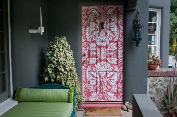 Декорирование дверей с помощью трафарета