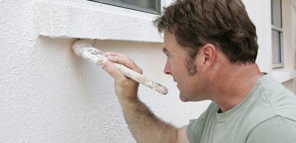Покраска фасада дома в белый цвет