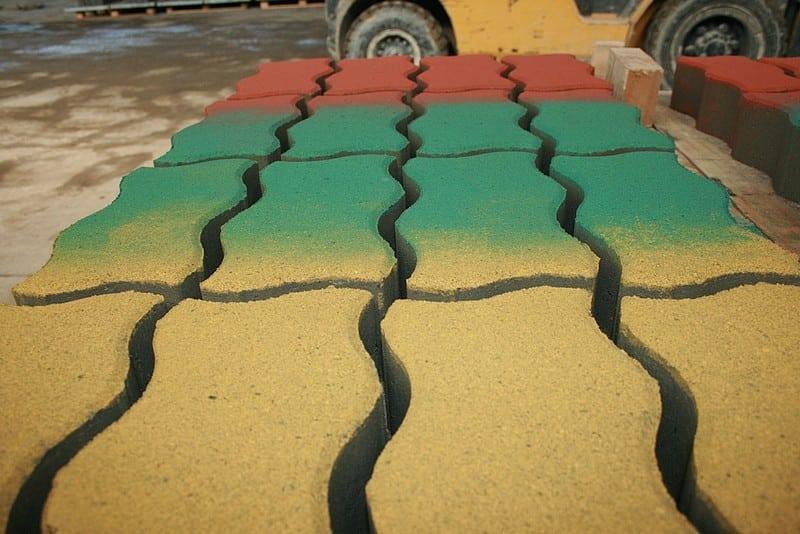 Как и чем можно покрасить тротуарную плитку