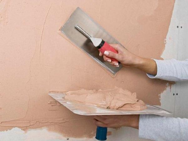 Шпаклюем стены перед нанесением жидких обоев