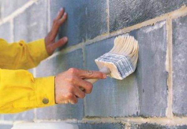 Подготовка стен при помощи грунтовки