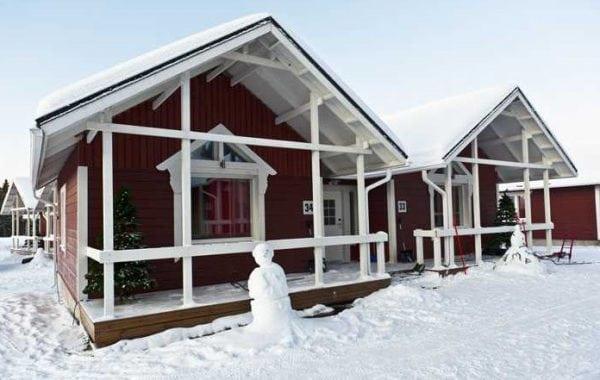 Дом покрашен в белый и коричневый цвет