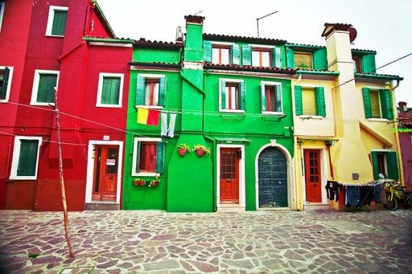 Дома выкрашены в разный цвет