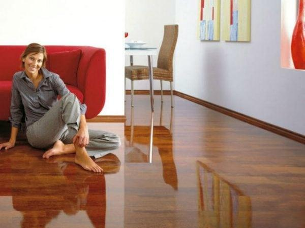 Обработанный ламинат на полу
