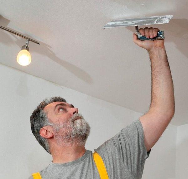 Заделка неровностей потолка шпаклевкой