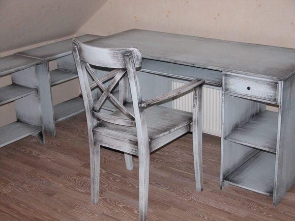 Столы и стулья покрашены под старину