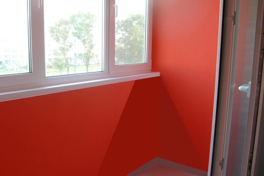 Стены балкона выкрашены в красный цвет