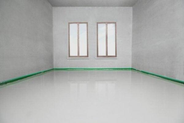 Ровный пол в комнате квартиры