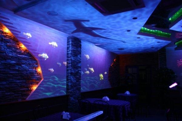 При помощи неоновой краски можно сделать красивый декор стены