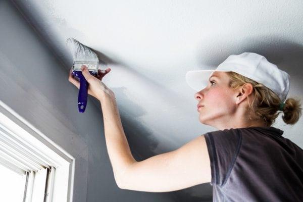 Чтобы потолок был идеально белым побелку нужно наносить в несколько слоев