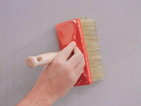 Наносим грунтовку на стену
