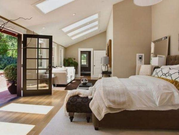 В спальне мебель нейтрального цвета