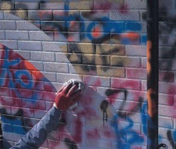 Очистка стен от граффити