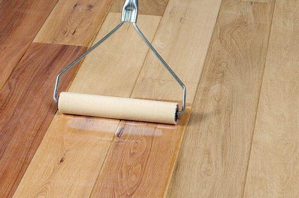 Лак для дерева наносим валиком