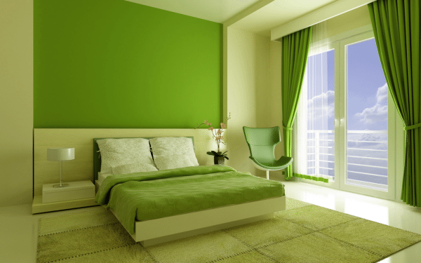 Потолок и стины в спальне покрашены в нежный зеленый цвет