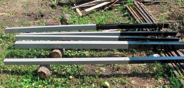Обработка столбов забора битумом