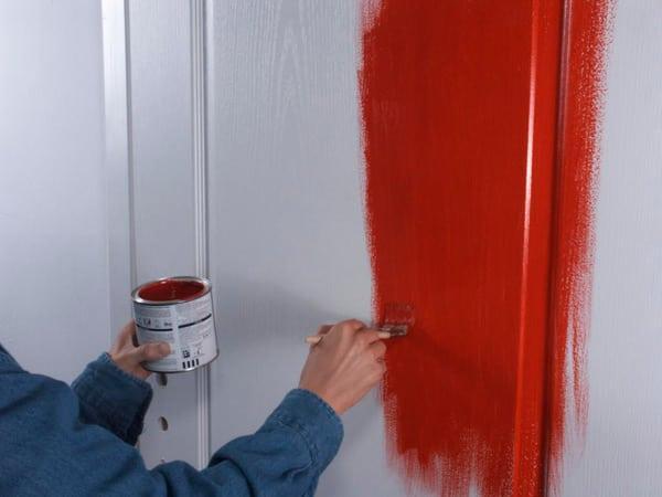 Чем покрасить деревянную дверь покрытую лаком