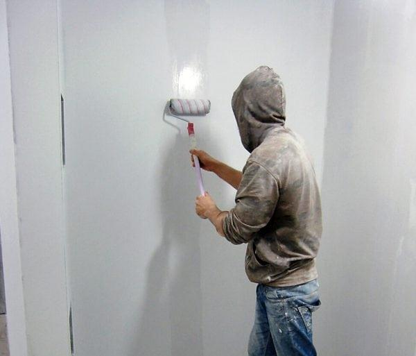 Нанесение алкидной грунтовки на стену