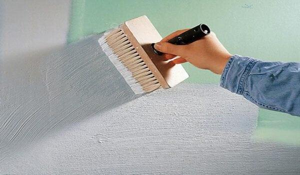 Грунтовка стены с использованием кисти