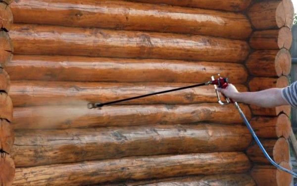 Нанесение защитного средства на деревянную поверхность