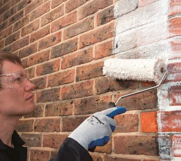 Нанесения краски на стену при помощи валика
