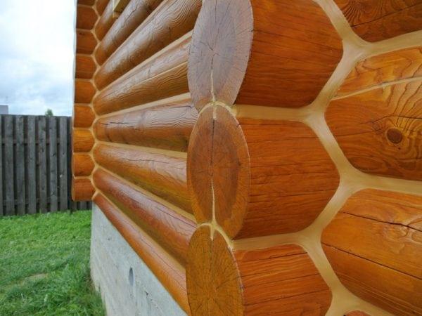 Крашенная стена деревянного сруба
