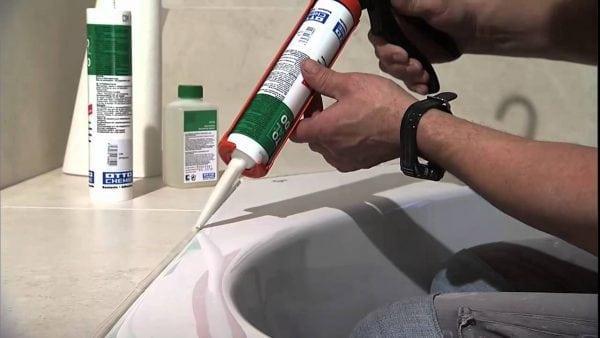 Силиконовый герметик поможет от плесени в ванной