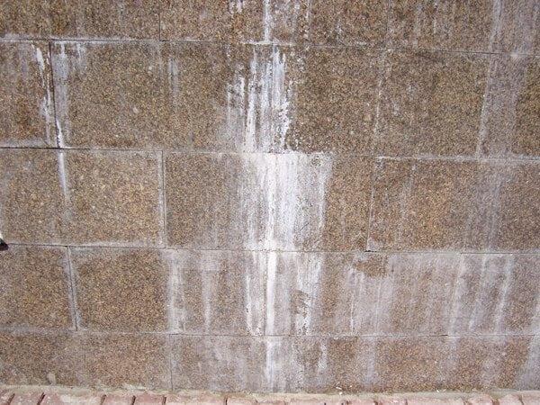 Белые высолы на гранитной плитке