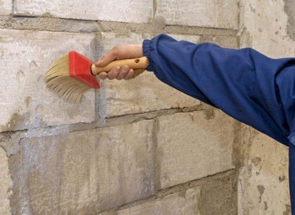 Обработка кирпичной стены грунтом
