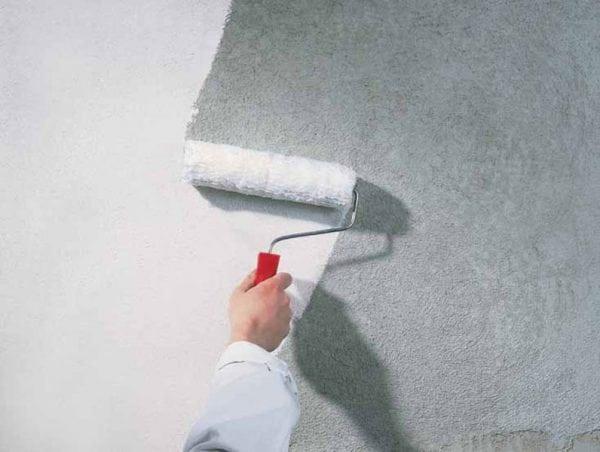 Покрытие поверхностей грунтовкой под плитку