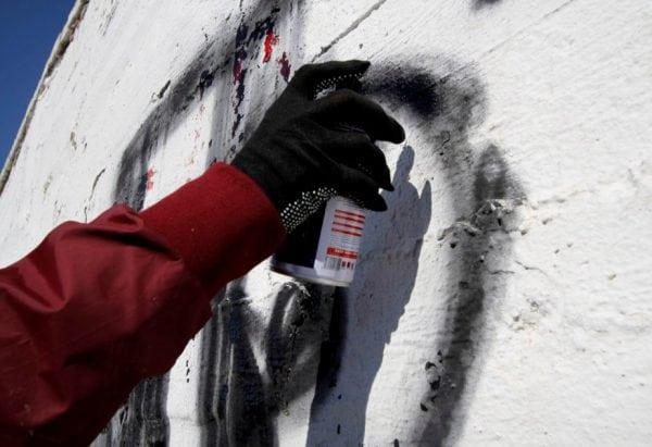 Процесс рисования граффити баллончиком