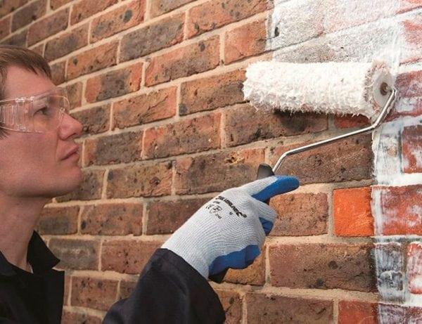 Нанесение грунтовки на кирпичную стену