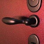 Окрашенная металлическая дверь