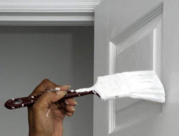 Покраска двери узкой филенчатой кистью