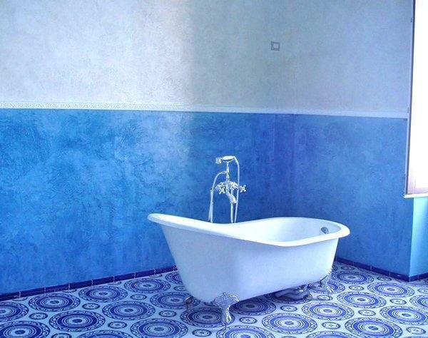 Окрашенная в синий цвет ванная комната