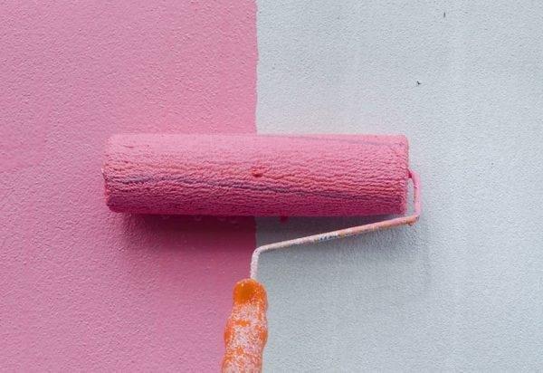 Красим стену в розовый цвет