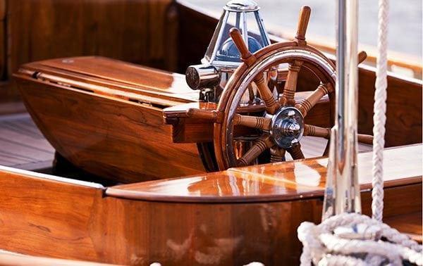 Яхта, покрытая лаком