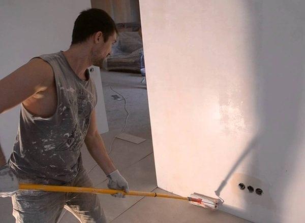 Грунтовка побеленной стены перед покраской