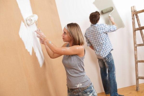 Нанесение краски на стены внутри дома