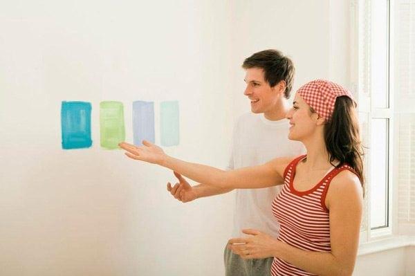 Мазки красок на стене