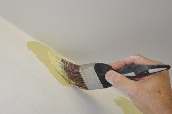 Покраска стен перламутровой краской кистью