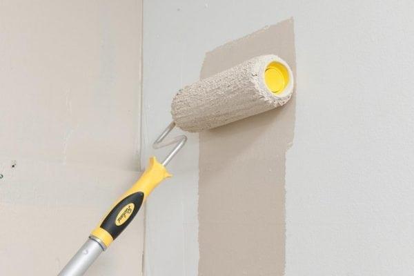 Покраска стен перламутровой краской валиком