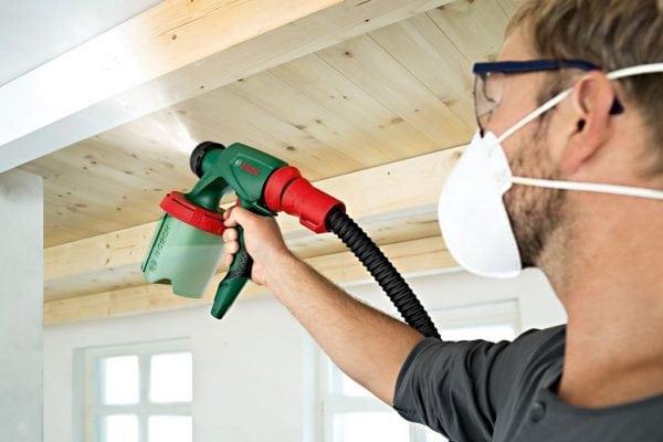 Защитные очки и респиратор при работе с краскопультом