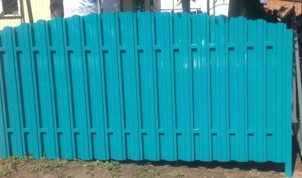 Окрашенный металлический забор своими руками