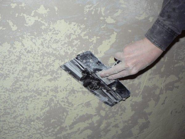 Чистка стены шпателем перед покраской