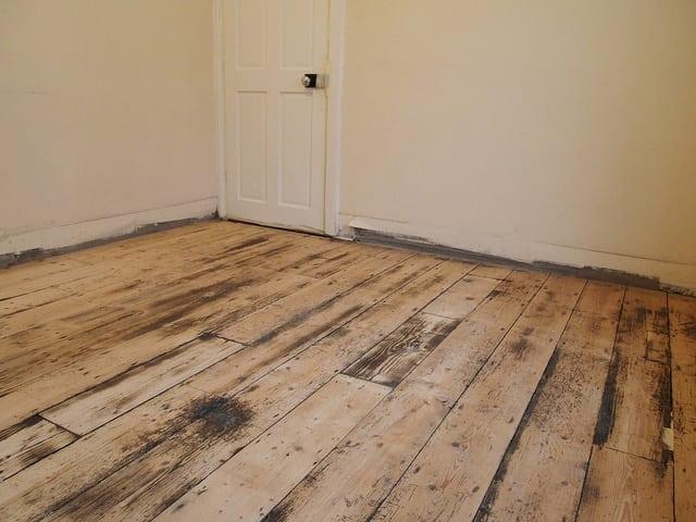 Какой способ удаления краски с деревянных полов лучше